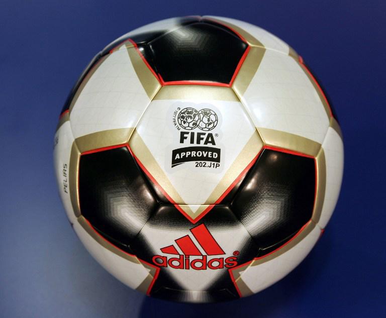 Der offizielle Spielball des FIFA Confederations Cup 2005 in Deutschland. AFP PHOTO TORSTEN SILZ