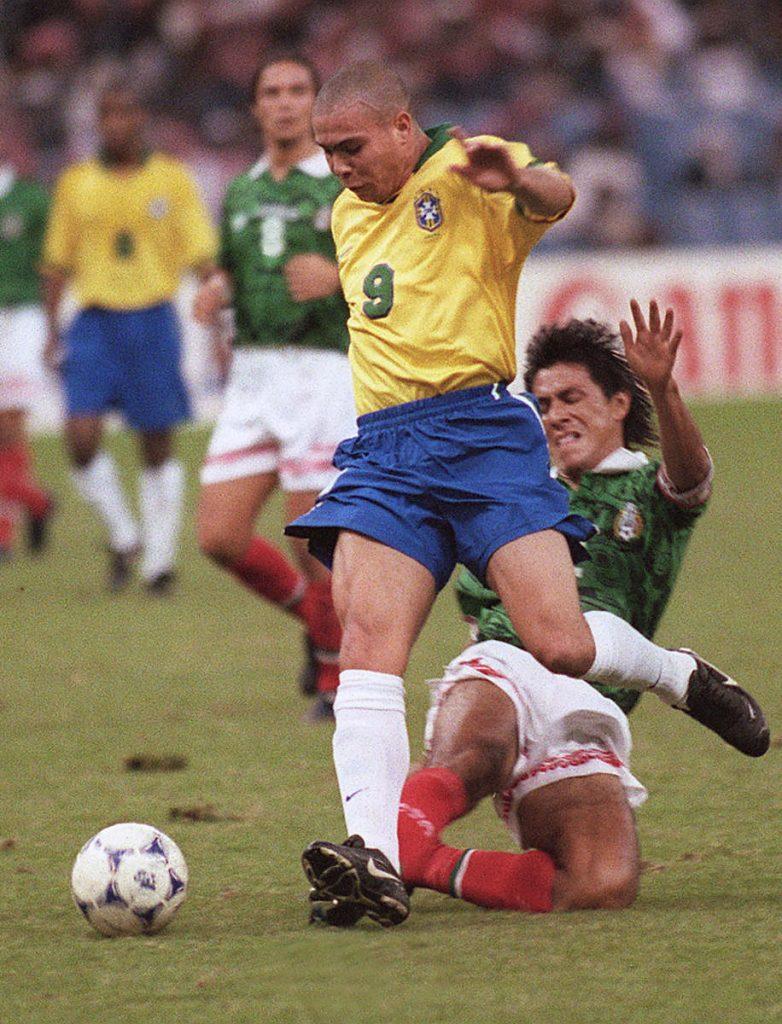 Der Brasilianer Ronaldo am 16. Dezember 1997 gegen  Mexico's team captain Claudio Suarez / AFP FILES / RABIH MOGHRABI