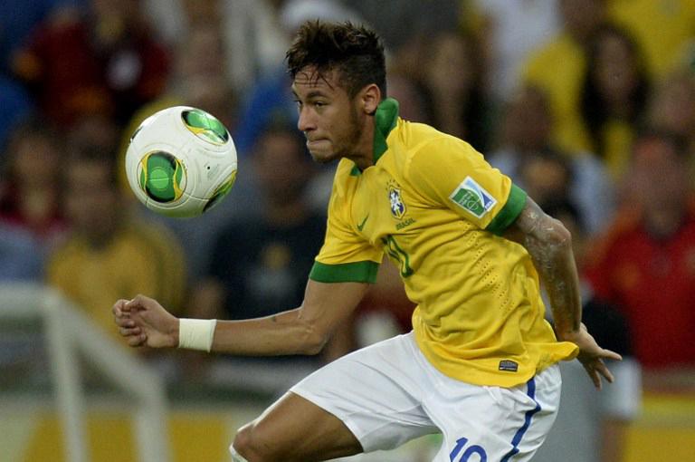 Der Brasilianer Neymar beim Confedcup 2013 mit dem offiziellen Spielball. AFP PHOTO / JUAN BARRETO