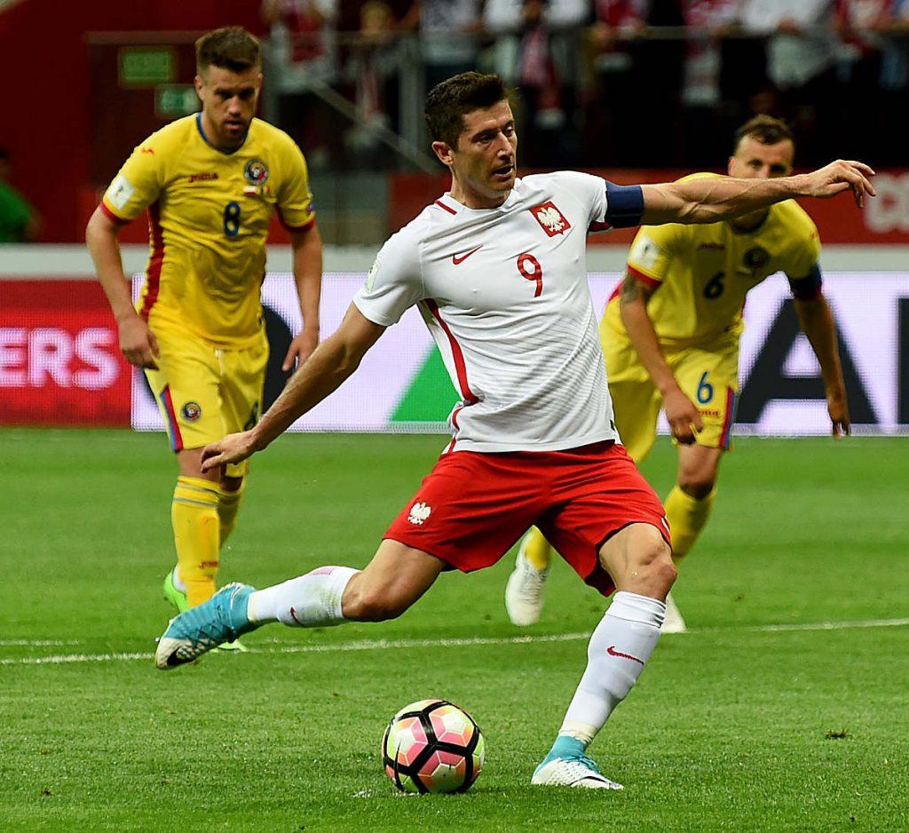 Polen's Stürmer Robert Lewandowski macht alle drei Tore gegen Rumänien in der WM 2018 Qualifikation am 10.Juni 2017. / AFP PHOTO / JANEK SKARZYNSKI